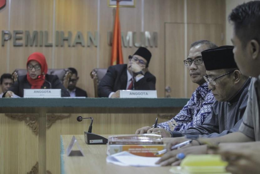 Komisioner KPU Hasyim Asy'ari (ketiga kanan) mendengarkan pembacaan Putusan Gugatan Oesman Sapta Odang (OSO) terhadap Komisi Pemilihan Umum (KPU) oleh Bawaslu di ruang sidang Bawaslu, Jakarta, Rabu (9/1/2019).