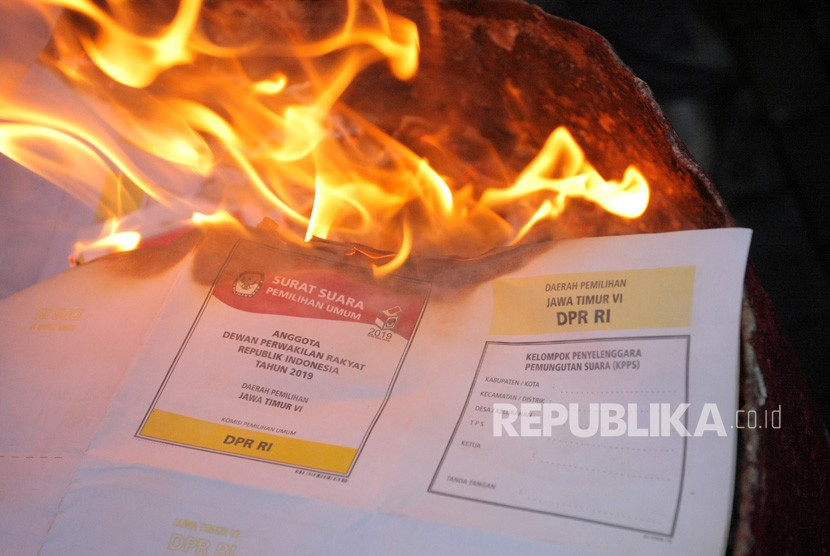 Pembakaran surat suara rusak dan berlebih. (ilustrasi)
