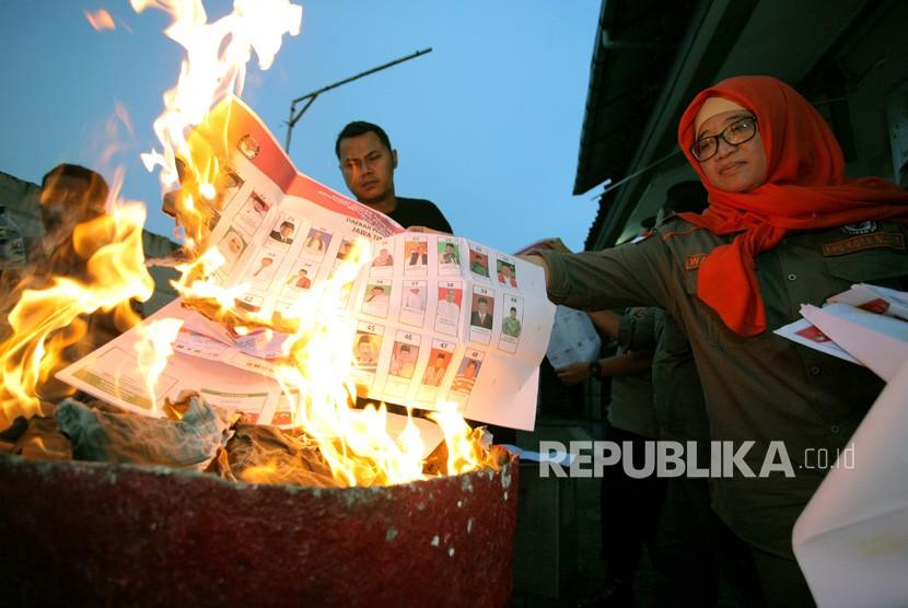 Komisioner KPU Kota Blitar Ummu Choiru Wardani (Kanan) membakar surat suara rusak saat pemusnahan di Kantor KPU Kota Blitar, Jawa Timur, Selasa (16/4/2019). (ilustrasi)