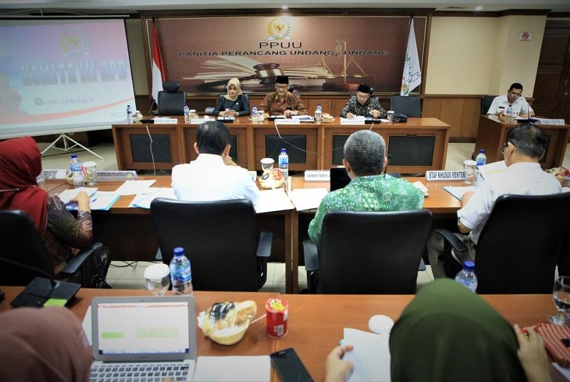 Komite III DPD RI meminta Kementerian Kesehatan RI untuk meningkatkan standar keberadaan fasilitas  kesehatan yang memenuhi standar di setiap daerah di Indonesia. Hal tersebut terungkap dalam rapat kerja yang digelar antara Komite III dengan Kementerian Kesehatan, di ruang rapat Tarumanegara, Gedung DPD RI, Senayan, Selasa (25/2).