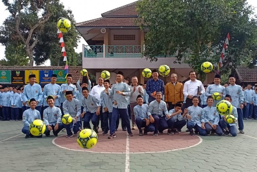 Komite Perubahan Sepakbola Indonesia (KPSN) memberikan bantuan 100 buah bola kepada Madrasah Mu'allimin Muhammadiyah Yogyakarta.