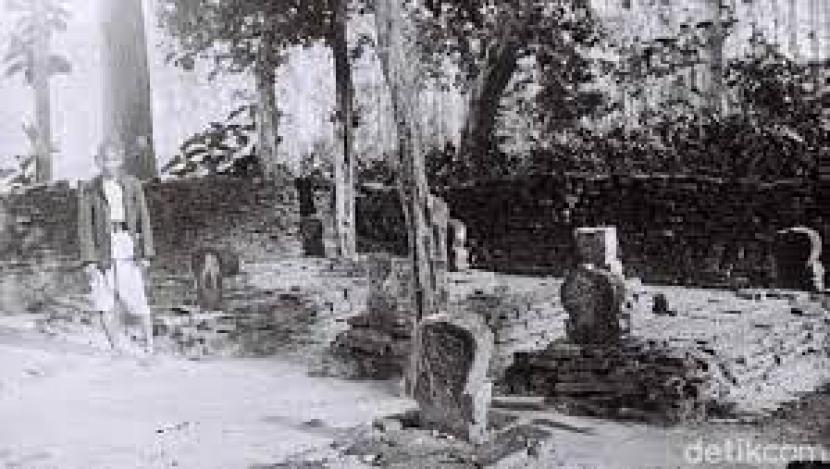 Kompleks Makam Troloyo di Desa Sentonorejo, Kecamatan Trowulan. Ini merupakan kompleks makam Islam pada era Majapahit.