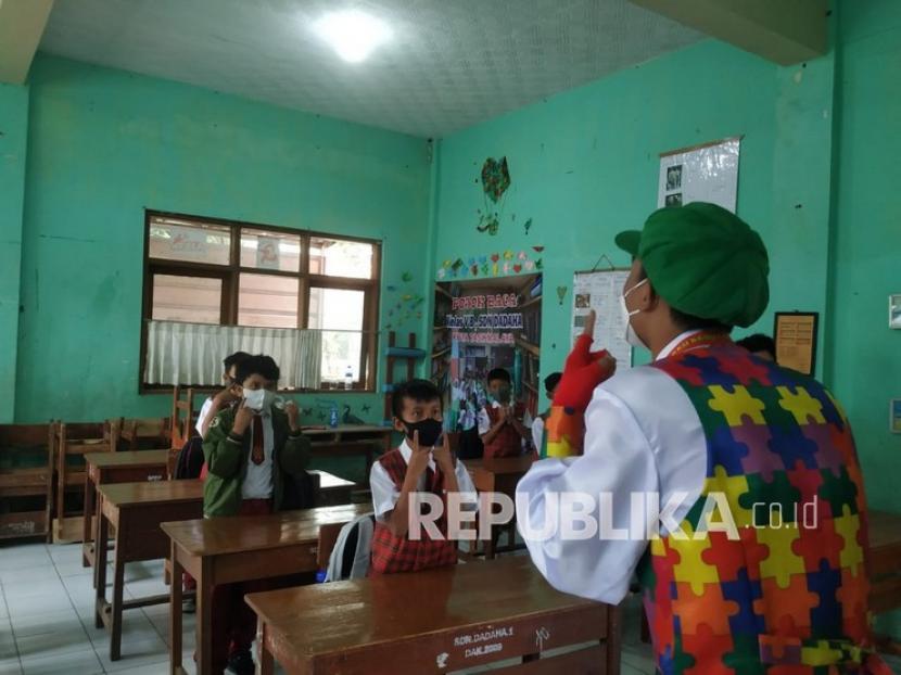Komunitas Badut Tasik melakukan sosialisasi dan edukasi penerapan prokes kepada para siswa di SDN Dadaha, Kecamatan Tawang, Kota Tasikmalaya, Senin (27/9).
