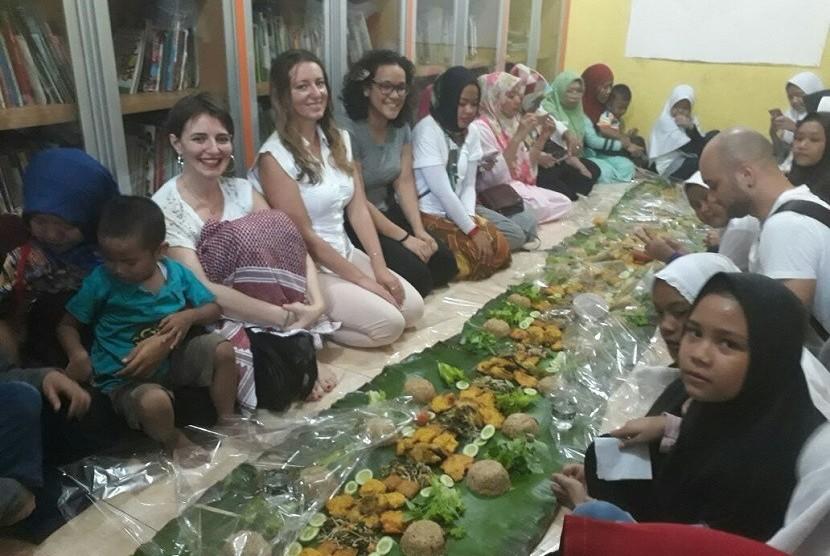 Komunitas Couchsurfing berbagi ke anak-anak Rumah Amalia