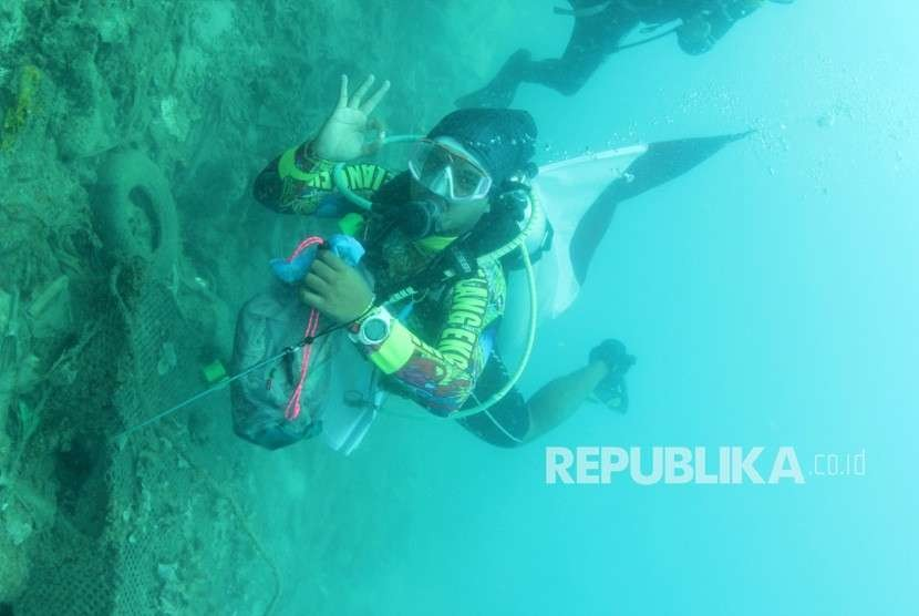 Komunitas Diver peduli laut tengah mengambil berkantong-kantong sampah di dasar laut. foto dok KKP