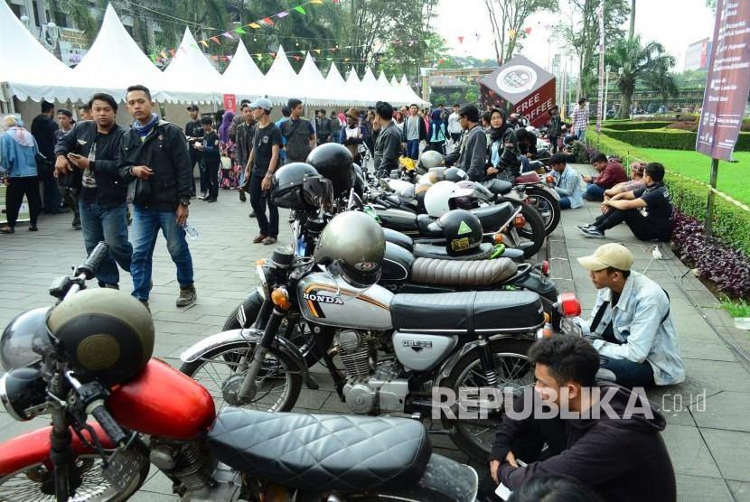 Komunitas motor antik pada acara Ngopi Saraosna di Halaman Gedung Sate, Kota Bandung, Sabtu (14/5).