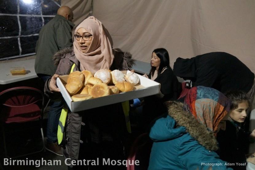 komunitas muslim inggris membagikan makanan (ilustrasi)