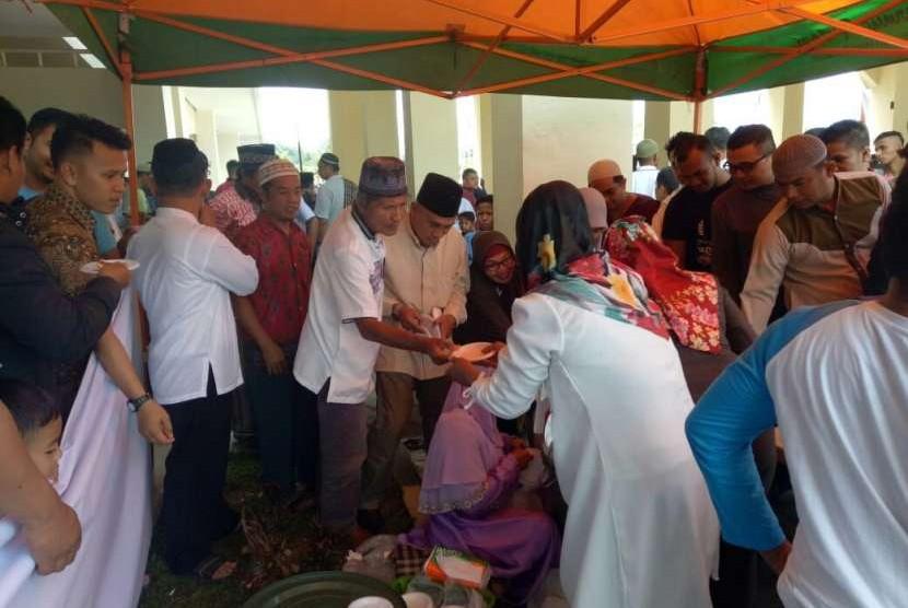 Komunitas Padang Kota Bengkuang membagikan sedikitnya 9 ribu porsi rujak berbahan dasar buah bengkuang kepada masyarakat umum, Jumat (10/8). Tujuannya, memopulerkan dan mengembalikan lagi bengkuang sebagai ikon Kota Padang, Sumatra Barat.