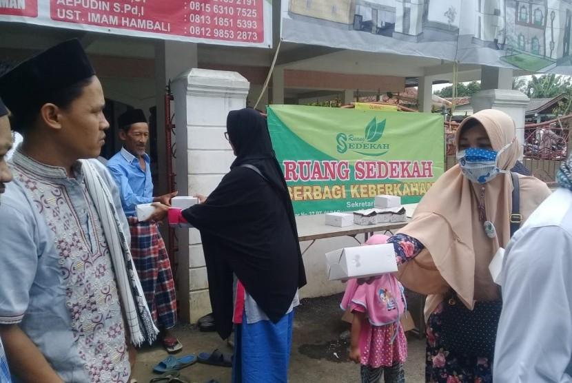 Komunitas Ruang Sedekah, berbagi sedekah berupa pemberian snack box bagi jamaah Masjid Jami' Nurul Iman, Depok.