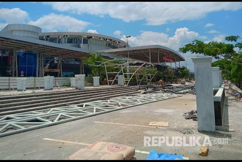 Kondisi Bandara Mutiara Sis Al Jufri yang rusak akibat gempa di Palu, Sulawesi Tengah, Sabtu (29/9).