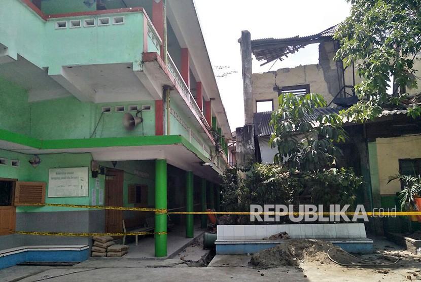 Kondisi bangunan cagar budaya di SMP Negeri 32 Jakarta Barat yang roboh.  Jumat (22/12). I