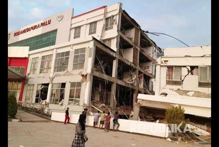Kondisi bangunan RS Anutapura yang rusak akibat gempa di Palu, Sulawesi Tengah , Sabtu (29/9).