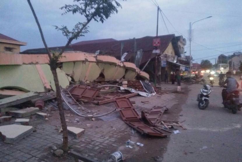 Kondisi bangunan rusak pascagempa 6,4 SR di Ulee Glee, Kab. Pidie Jaya, Aceh, Rabu (7/12), yang diuanggah akun Twitter @Aceh Info.