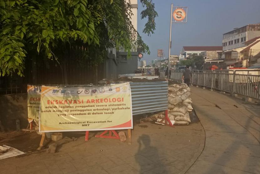 Kondisi galian tim ekskavasi Arkeologi UI di sebelah barat daya Stasiun Jakarta Kota, Kamis (25/10).
