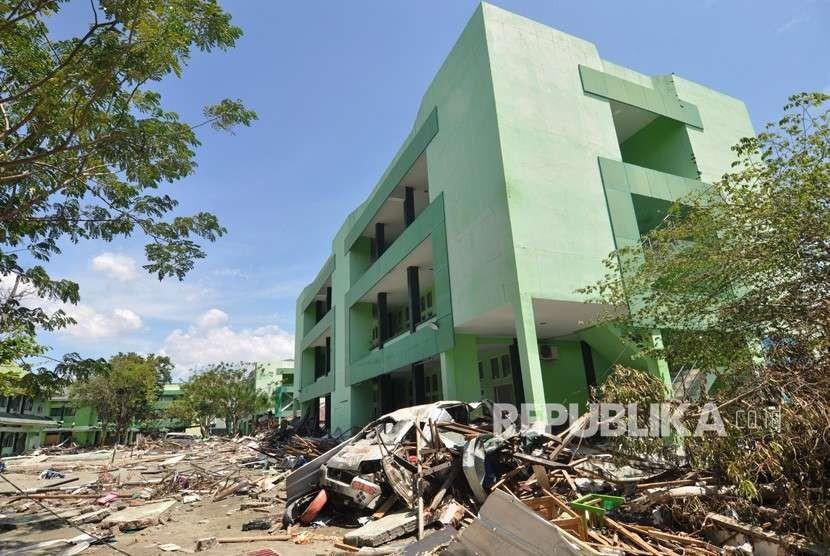 Kondisi gedung Institut Agama Islam Negeri (IAIN) Palu yang rusak akibat gempa dan tsunami di Palu, Sulawesi Tengah, Jumat (5/10).