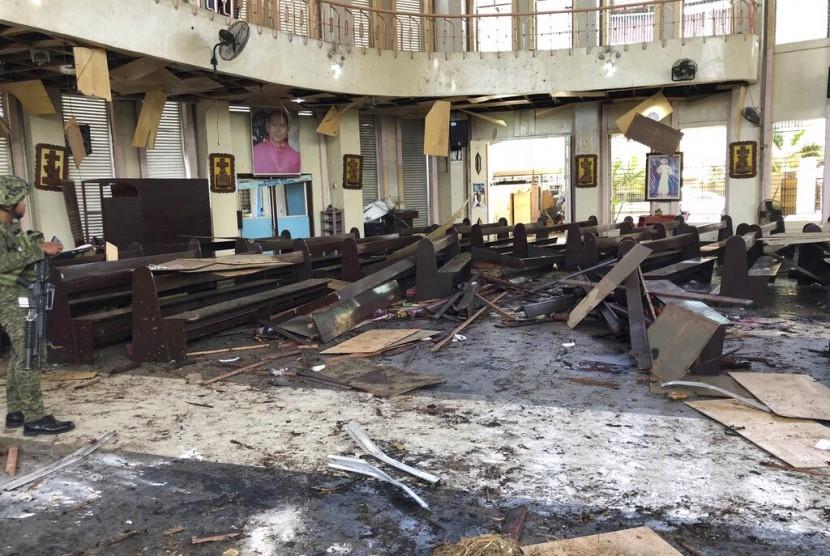 Kondisi gereja Katedral Romawi di Jolo, provinsi Sulu, Filipina usai dihantam dua bom, Ahad (27/1)