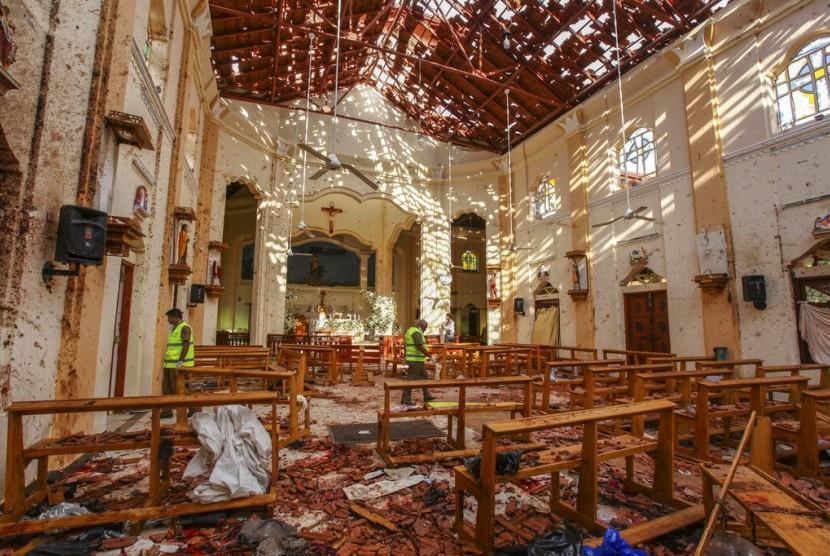 Kondisi Gereja St. Sebastian di Negombo, utara Kolombo, Sri Lanka yang hancur usai serangan bom saat misa Paskah, Ahad (21/4).