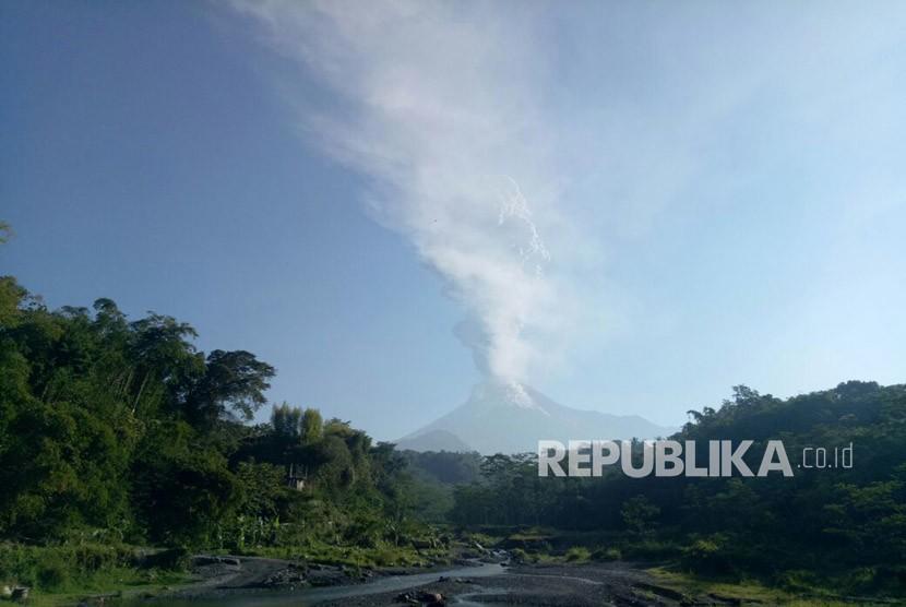Gunung Merapi diambil dari Sleman, DI Yogyakarta.