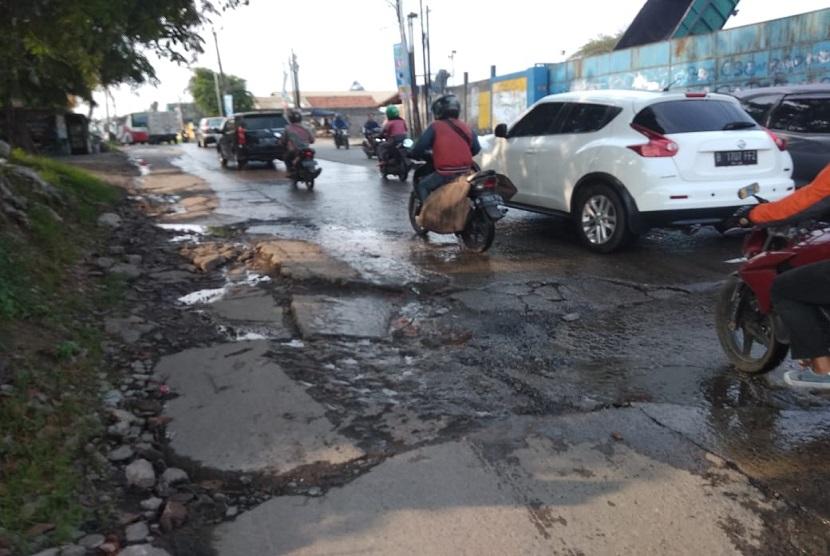 kondisi jalan Cikarang menuju Cibarusah rusak dan digenangi air