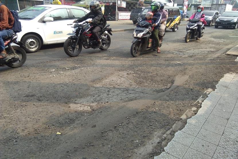 Kondisi Jalan di depan BTC Mall Jalan Joyo Martono, Bekasi Timur, Kota Bekasi rusak parah. Jalan ini merupakan salah satu akses penting menuju pintu tol Bekasi Timur.