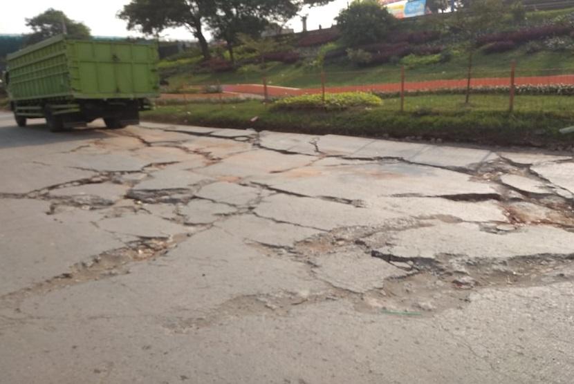 Kondisi jalan menuju putaran arah Pintu Tol Cikarang Barat tepatnya di Kp. Pasir Konci, Desa Pasir Sari, Kecamatan Cikarang Selatan rusak parah. Terdapat banyak lubang dan retakan di sepanjang jalan ini.