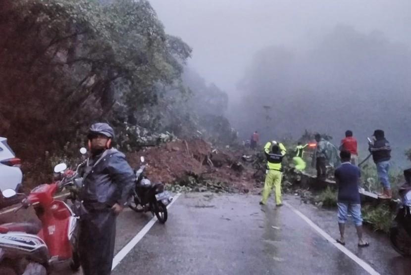 Kondisi jalur Padang-Solok di Sitinjau Laut yang tertutup longsor.