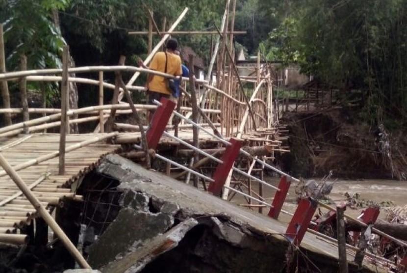 Kondisi jembatan di Desa Srimulyo, Kecamatan Piyungan, Kabupaten Bantul, DI Yogyakarta yang putus akibat terjangan air sungai yang meluap, Rabu (20/12)