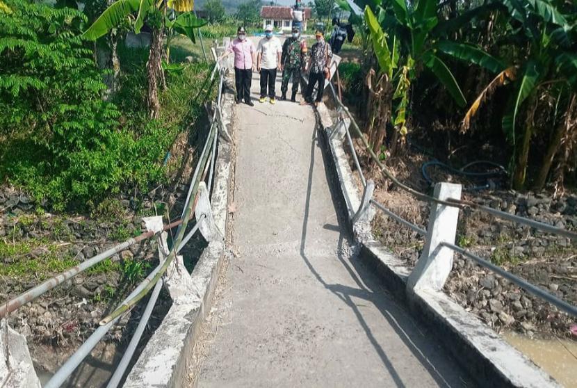 Kondisi jembatan Dusun Banaran, Desa/Kecamatan Bancak, Kabupaten Semarang yang mengalami kerusakan dan tampak patah akibat pilar penyangga badan jembatan sepanjang 40 meter tersebut ambrol dan ambles, Jumat (21/5).
