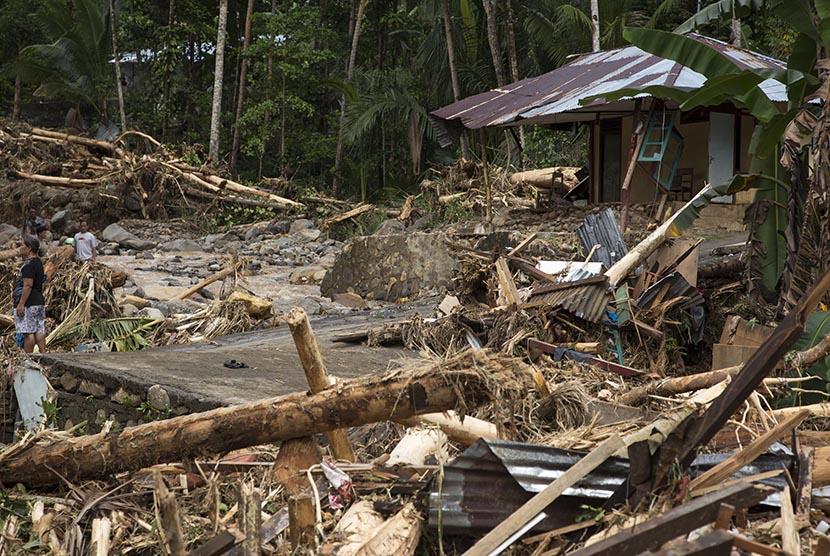 Tanah Retak Terjadi Usai Banjir di Sangihe. Kondisi Kampung Lebo, Kabupaten Kepulauan Sangihe, yang hancur akibat banjir Bandang dan tanah Longsor, Jumat (3/1/2020).