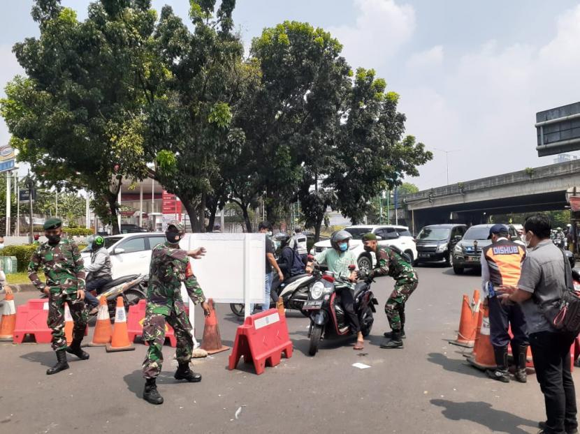 Kondisi kepadatan kendaraan di ruas Jalan Bintaro Raya Sektor 3, perbatasan antara Tangerang Selatan dan Jakarta Selatan.  Polres Tangsel memberlakukan penyekatan di titik tersebut selama pemberlakuan PPKM darurat (ilustrasi)