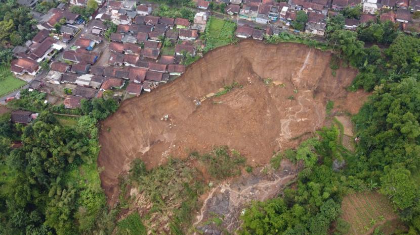 Kondisi longsor di wilayah Desa Karyamekar, Kecamatan Cilawu, Kabupaten Garut, Kamis (18/2/2021).