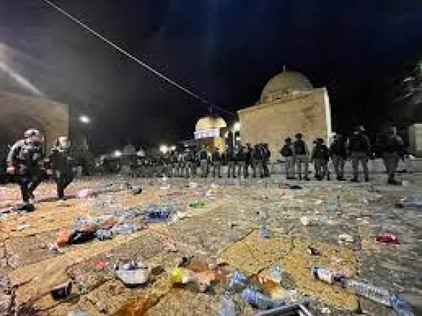 Skotlandia Minta Israel BerhentiSerang Masjid Al Aqsa. Kondisi Masjidil Aqsa pasca penyerangan polisi Israel, Jumat malam (7/5/2021).
