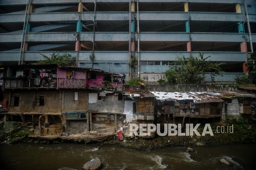 Kondisi permukiman tidak layak huni di Cihampelas, Bandung, Jawa Barat, Senin (15/2/2021). Pemerintah Provinsi Jawa Barat menganggarkan Rp 560 miliar untuk memperbaiki 31.500 unit rumah tidak layak huni (rutilahu) sepanjang 2021 di 27 daerah di Jawa Barat.