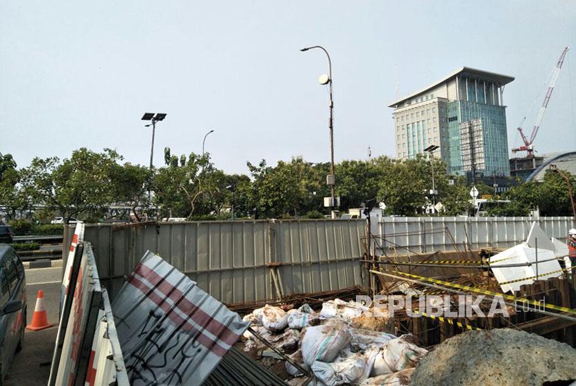 Kondisi proyek Light Rapid Transit (LRT) yang amblas di depan Menara Saidah, Jalan MT Haryono, Jakarta, Jumat (13/10).