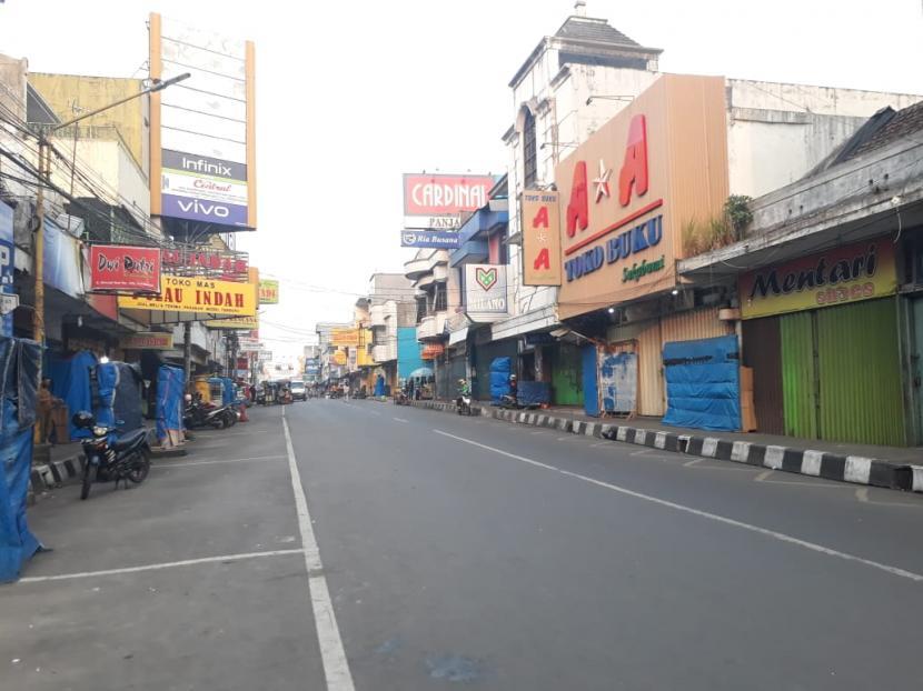 Kondisi pusat keramaian kota tampak lengang di hari kedua penerapan PPKM darurat di Kota Sukabumi, Ahad (4/7).