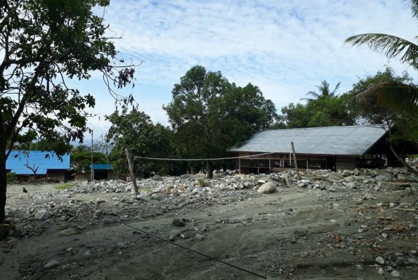 Kondisi rumah-rumah di Kampung Taruna, Hinekombe, Sentani, Jayapura, Papua. Permukiman ini berada persis di bawah Gunung Cyclop.