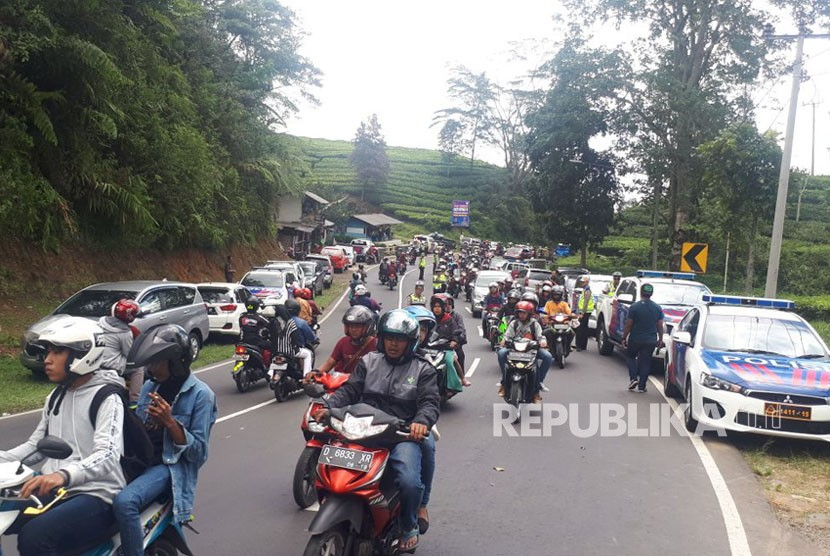 Kondisi saat kepolisian menggelar olah TKP pascakecelakaan maut yang melibatkan Bus Pariwisata Premium Passion, di Jl Raya Bandung-Subang via Lembang, Kampung Cicecang, Desa/Kecamatan Ciater, Ahad (11/2).