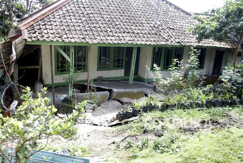 Kondisi salah satu rumah yang rusak terdampak bencana tanah bergerak di Nyalindung, Sukabumi, Jawa Barat, Ahad (28/4/2019).