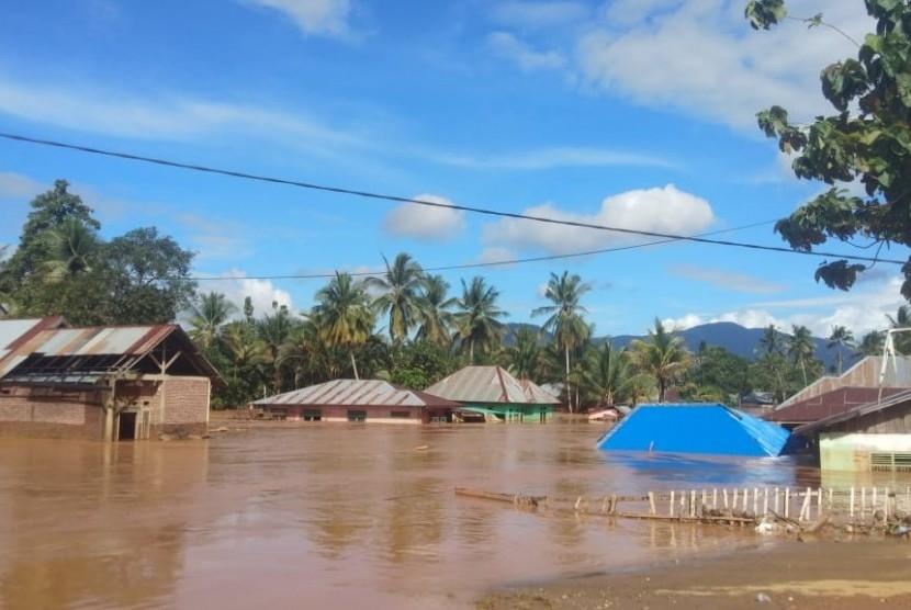 Kondisi  sebagian rumah warga di Desa Puuwanggudu, Konawe Utara,  yang hingga akhir pekan ini masih terendam banjir.
