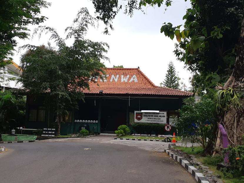 Kondisi sekretariat Korps Mahasiswa Siaga Batalyon 905 Jagal Abilawa atau Menwa Universitas Negeri Sebelas Maret (UNS) Solo, Selasa (26/10) ditutup setelah kejadian meninggalnya mahasiswa saat mengikuti Diklatsar pada Ahad (24/10).
