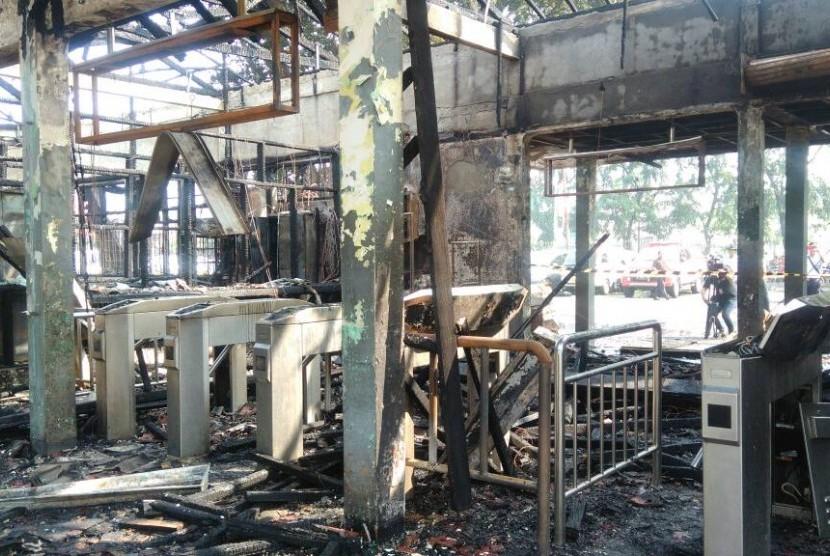 Kondisi Stasiun Klender usai api dipadamkan.