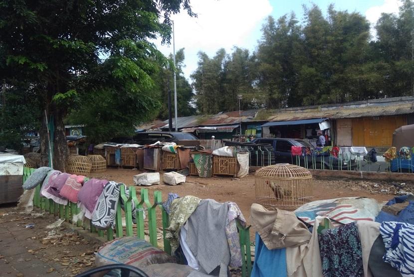 Kondisi taman di depan Pintu Air Manggarai yang kumuh dan tidak terurus. Warga memanfaatkan taman tersebut sebagai tempat parkir liar, meletakkan kandang ayam dan tempat menjemur pakaian, Jakarta, Rabu (19/6).