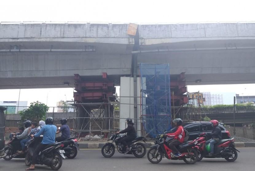 Kondisi terkini flyover Rawa Buaya, Jakarta Barat arah Kamal sedang dalam perbaikan pot bearing, Kamis pagi (27/12).
