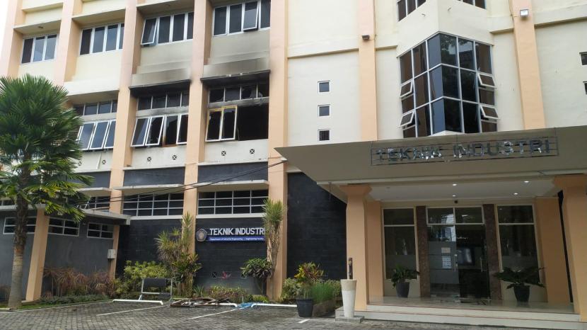 Kondisi terkini Gedung Teknik Industri, Fakultas Teknik (FT), Universitas Brawijaya (UB) setelah dilahap api, Senin (27/9).