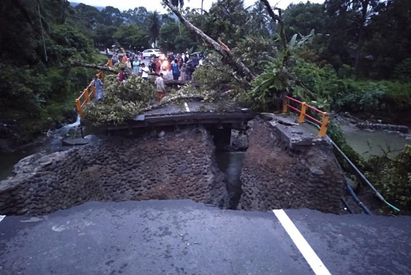 Kondisi terkini jembatan di Kayu Tanam, Padang Pariaman yang putus. Jembatan ini terletak di jalur utama Padang-Bukittinggi.