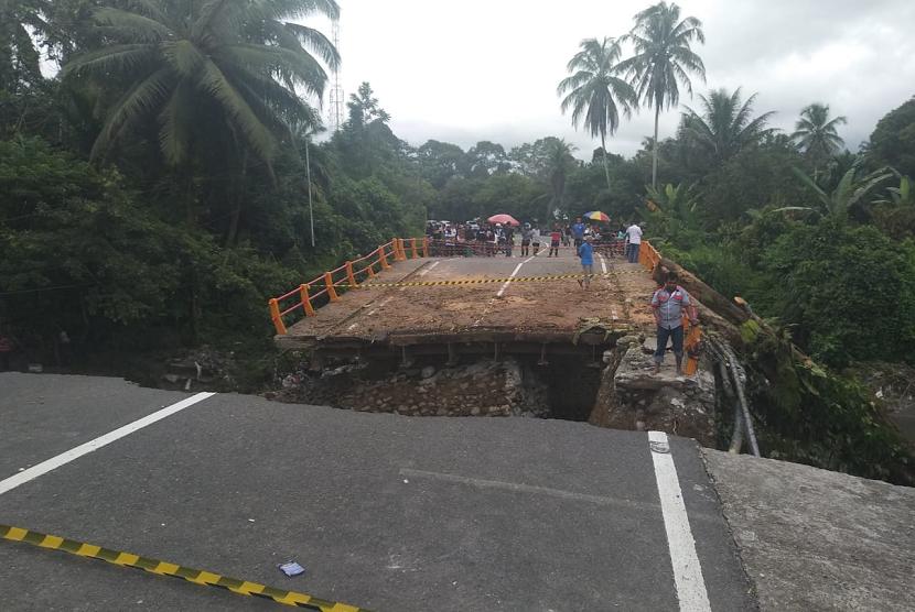 Kondisi terkini jembatan penghubung jalur utama Padang-Bukittinggi yang putus. Masyarakat, dibantu TNI, membangun jembatan sementara yang terbuat dari kayu dan bambu.