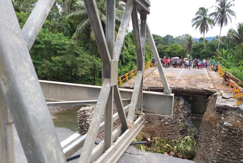 Kondisi terkini pembangunan jembatan penghubung jalur utama Padang-Bukittinggi yang putus, Rabu (12/12).