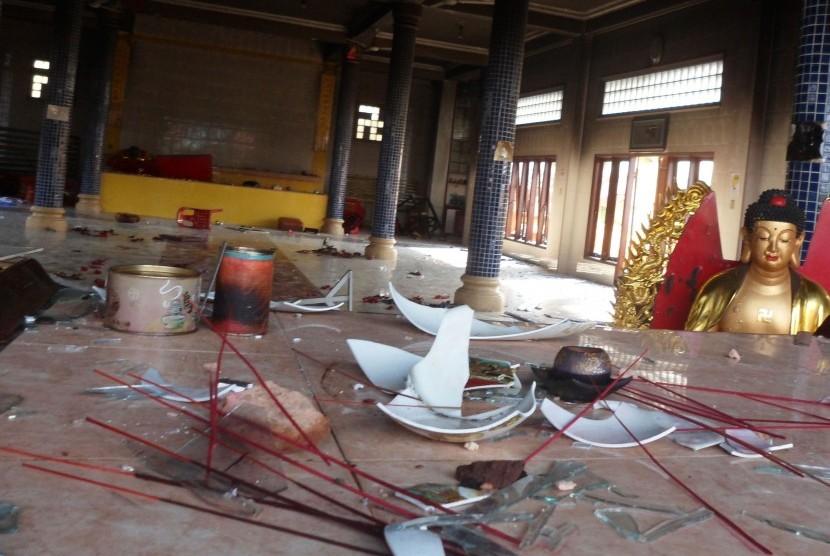 Kondisi Vihara Tri Ratna yang rusak pasca kerusuhan yang terjadi, di Tanjung Balai, Sumatera Utara, Sabtu (30/7). Kerusuhan yang terjadi di Tanjung Balai pada Jumat (29/7) menyebabkan sejumlah vihara dan kelenteng rusak.