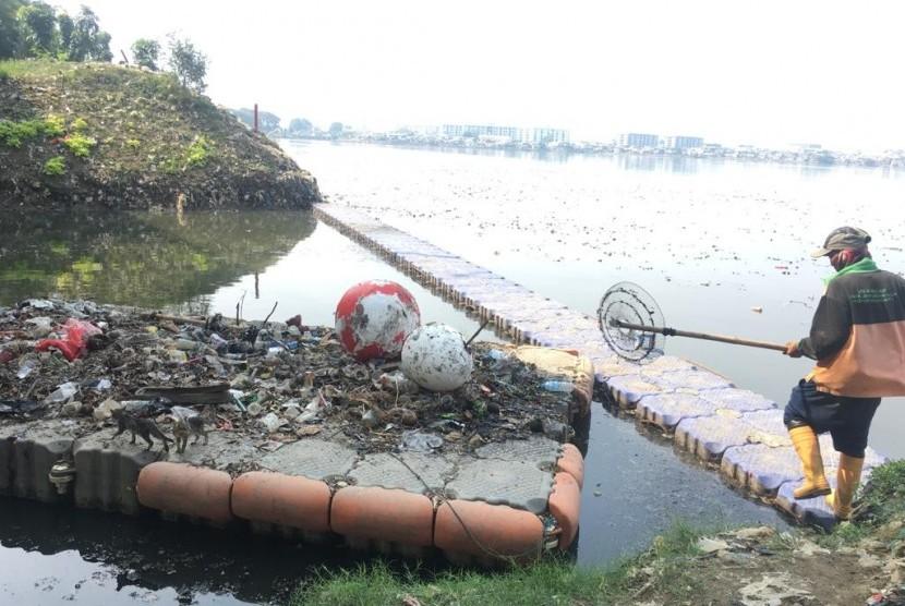 Kondisi waduk Pluit, Kelurahan Pluit, Kecamatan Penjaringan, Jakarta Utara, Rabu (12/6).