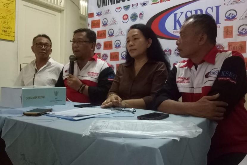 Konfenderasi Serikat Buruh Seluruh Indonesia (KSBI), Presiden KSBI Elly Rosita Silaban (kedua dari kanan) dan Sekjen KSBI, Dedi Hardianto (ketiga dari kanan), saat konferensi pers menolak Omnibus Law Cipta Kerja di Kantor KSBI, Jakarta Timur, Rabu (19/2).